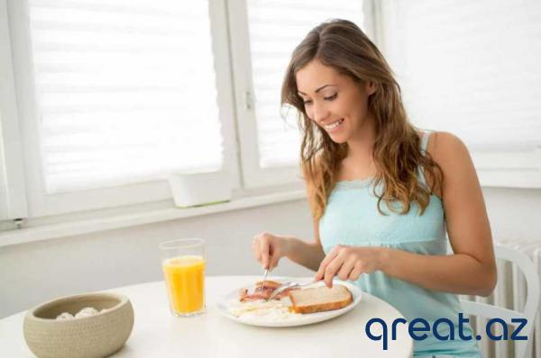 Səhər enerji, axşam yüngül yeməklər: arıqlamaq üçün gün ərzində qidaları necə yemək